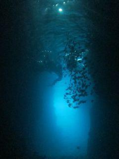 真栄田岬「青の洞窟」。
