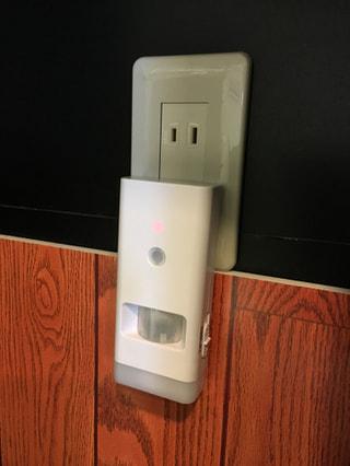 いつもは夜のフットライト、停電を感知して自動点灯、懐中電灯にもなる!