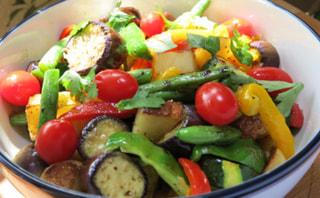 ダッチオーブンレシピ「夏野菜のローストサラダ」